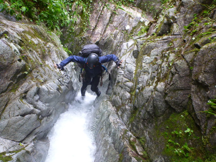 つっぱりで越える滝
