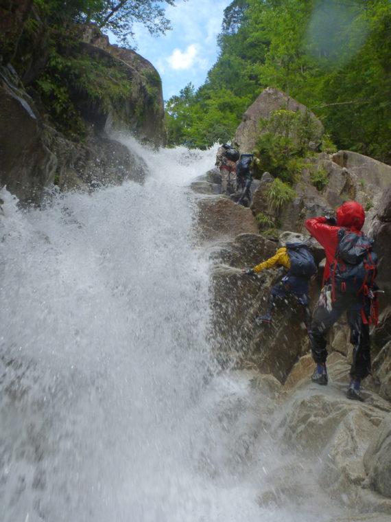 水流沿いを登る