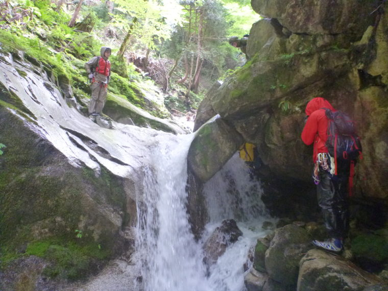 岩の裏から登る