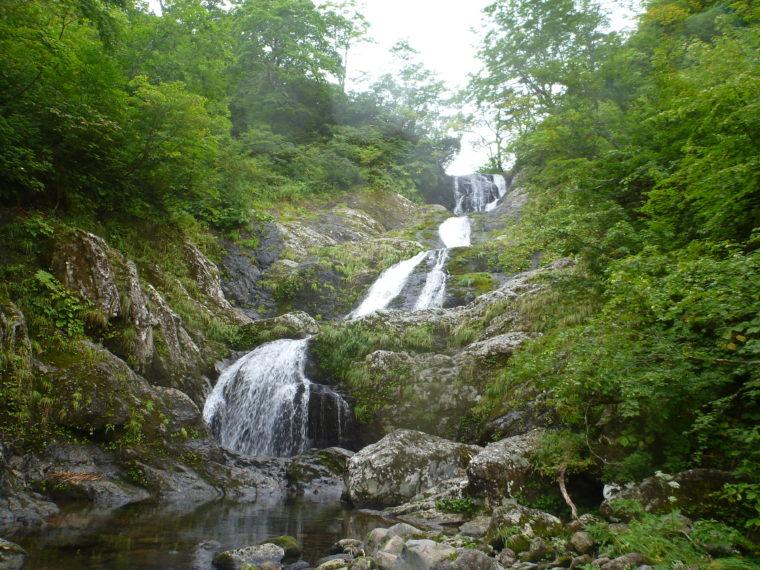 美しい4段20m滝