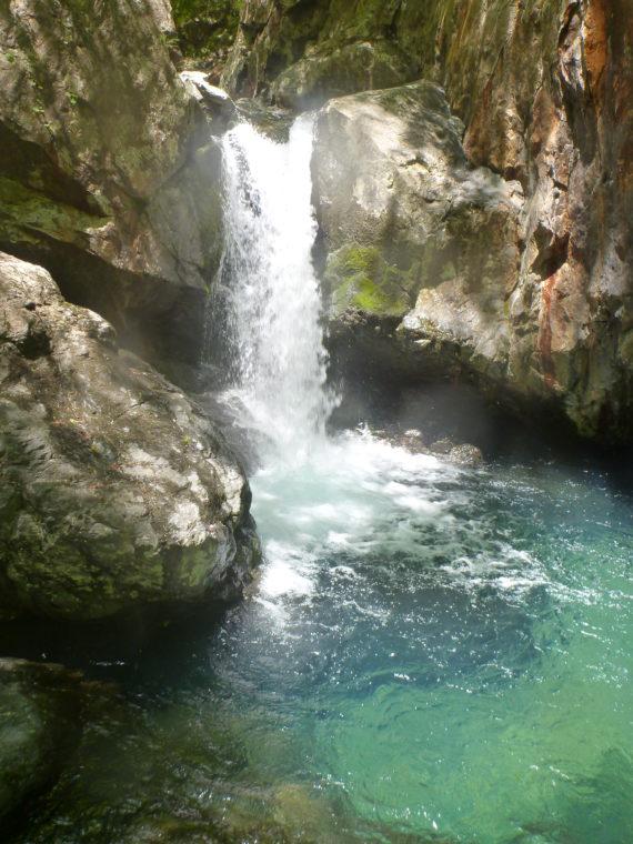 綺麗な青い釜の滝