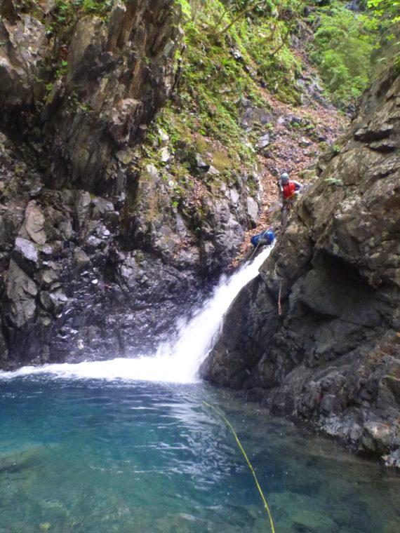 水流右のリッジを登る