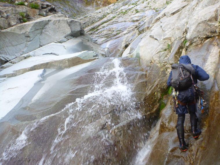 釜の深いナメ滝を登る