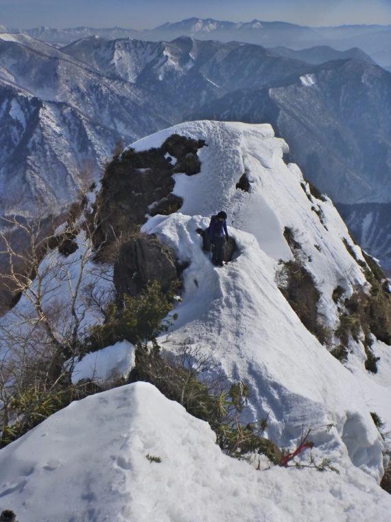 西黒尾根残雪期の岩場